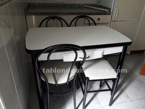 Mesa de cocina con sillas y taburete
