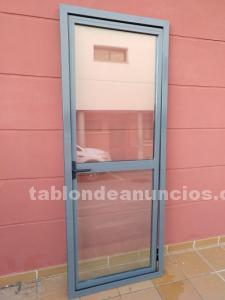 Vendo puerta robusta de aluminio y cristal en buen estado