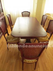 Mesa y sillas de comedor clásicas