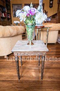 Mesa auxiliar madera tallada y marmol
