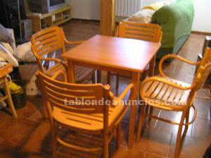 Mesa de madera con 4 sillas con brazos