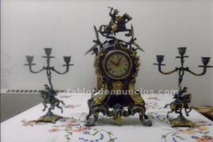 Reloj de bronce con 2 candelabros