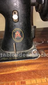 Máquina de coser antigua a pedal.