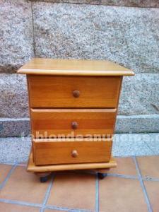 Mesilla pino color miel, con ruedas
