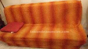 Sofá cama y tresillo de madera.