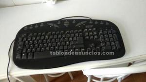 Teclado de ordenador de mesa.