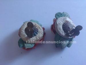 Antiguos pendientes de fieltro en forma de flor