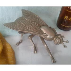 Cenicero viejo con forma de enorme mosca. Con su tapa. En
