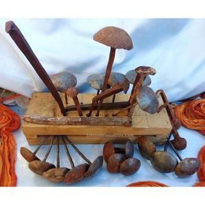 Colección de antiguos clavos sobre viejo soporte. 20 piezas
