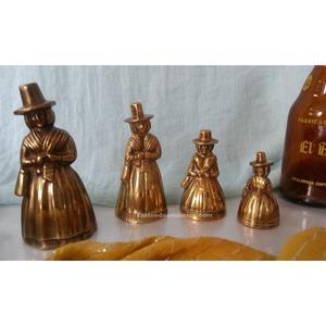 Colección de campanillas con forma de señoritas. En