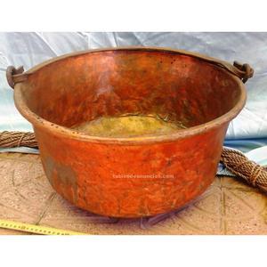 Gran caldero antiguo en cobre. Fuerte y pesado. Rústico.