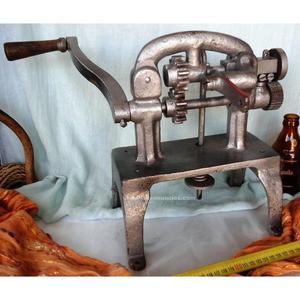 Vieja máquina zapatera. Para trabajar cuero forma estriada.