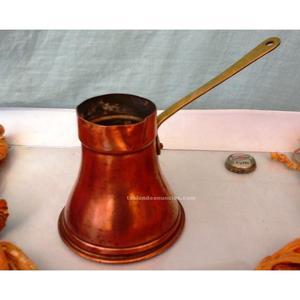 Vieja y pequeña chocolatera en cobre y asidera de bronce