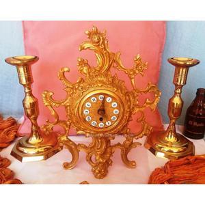 Viejo conjunto de reloj de mesa en bronce con pareja