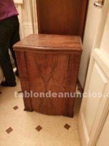 Maquina de coser antigua con mueble de madera