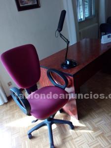 Mesa y silla de oficina