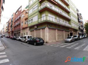 Amplio local bajo, en esquina en Alicante. Planta baja y