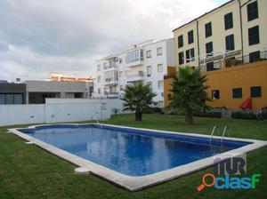 Apartamento de reciente construcción con piscina y jardín