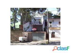 Casa chalet junto al casco urbano. Vivienda de 74 m2 y