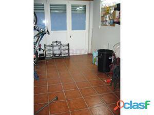 Lonja con planta de 18 m2 y sobrepiso de 2 m2 con aseo Bien
