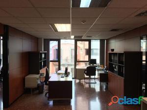 Oficina ubicada en edificio de uso exclusivo de oficinas.
