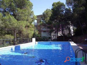 Piso en buen estado en residencial con piscina comunitaria.
