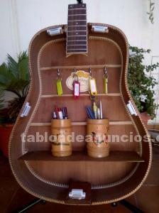 Mueble artesanía unico y original, hecho de una guitarra