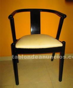 Mesa desplegable y sillas tapizadas