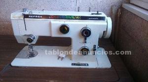 Se vende maquina de coser refrey con mueble