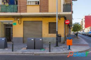 FANTÁSTICO LOCAL en calle Valencia y muy cerca de Gómez