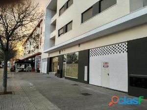 Estupendo local comercial en avenida Jose Manuel Caballero