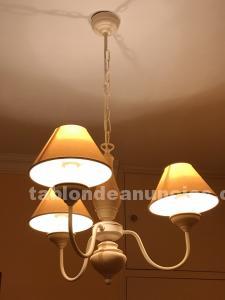Lámpara de techo de 3 brazos con tulipas.