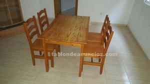 Mesa de madera con 4 sillas a juego.