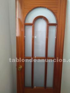 Puerta de paso maciza barnizada color cerezo con vidriera