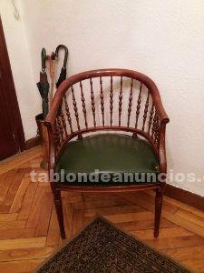 2 sillas antiguas de madera con asiento en piel