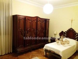 Dormitorio integrado por armario, cómoda, espejo, dos