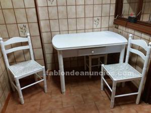 Mesa de cocina blanca, dos sillas y dos banquetas