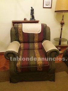 Sofá de tres plazas y una butaca, tapizado en tela, en muy