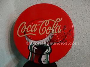 Cartel de plástico en forma de chapa coca cola