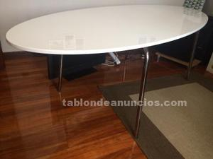 Mesa comedor ovalada blanca.