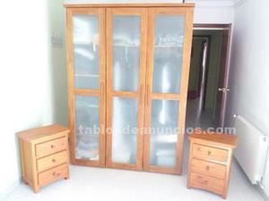 Conjunto de armario tres puertas y mesitas