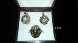 Se venden pendientes y anillo de diamantes y oro