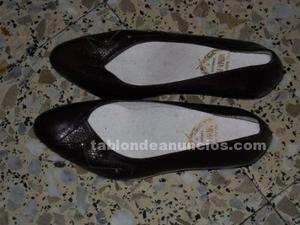 Zapatos y botines de señora de piel nuevos