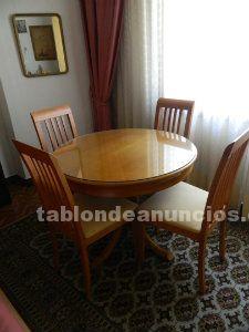 Mesa comedor con cuatro sillas.
