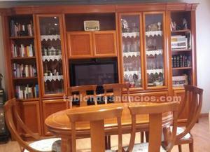Mueble boiserie y mesa con sillas