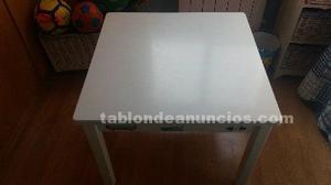Conjunto mesa y sillas. Habitación infantil