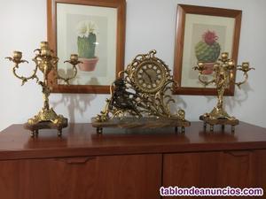 Reloj de mesa con candelabros a juego todo de bronce