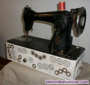 Alfa antigua maquina de coser, sobre caja de madera