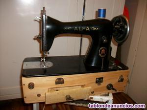 Maquina de coser alfa sobre caja decorada.