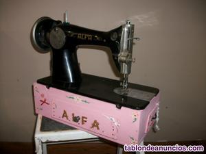 Máquina de coser alfa sobre caja decorada con cajones.